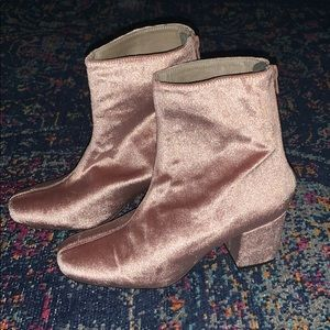🛍FREE PEOPLE PINK BLUSH VELVETTY ANKLE BOOTS🛍